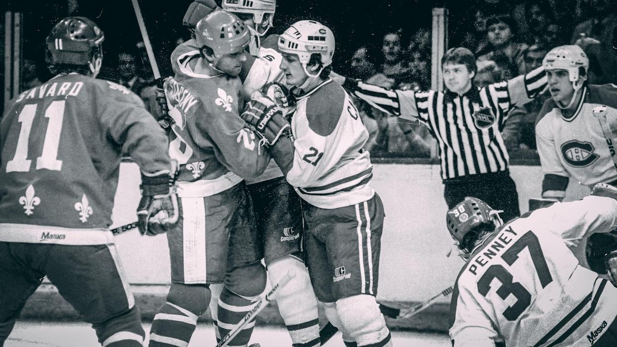 Kerry Fraser pendant un match entre le Canadien et les Nordiques au Forum de Montréal, en 1984