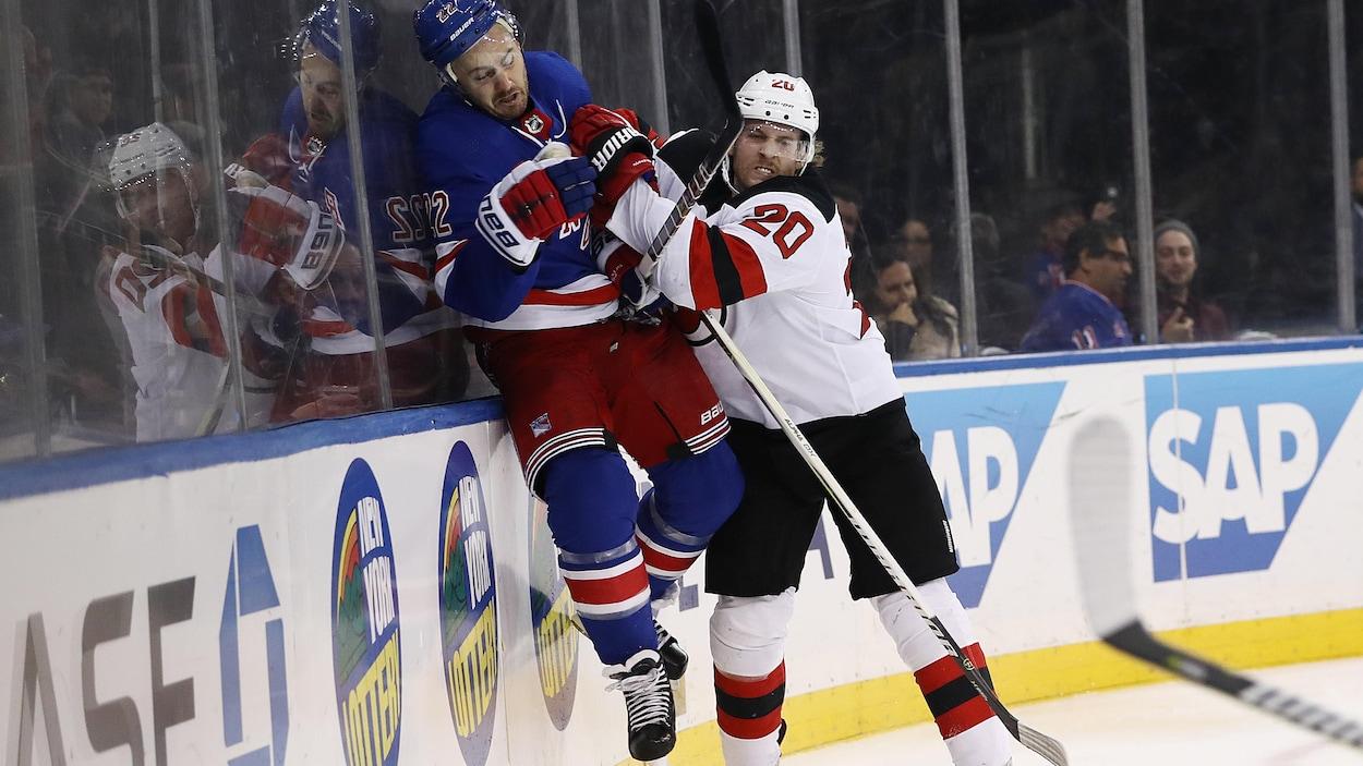 Les pieds de l'ex-défenseur des Rangers ne touchent plus à la glace.
