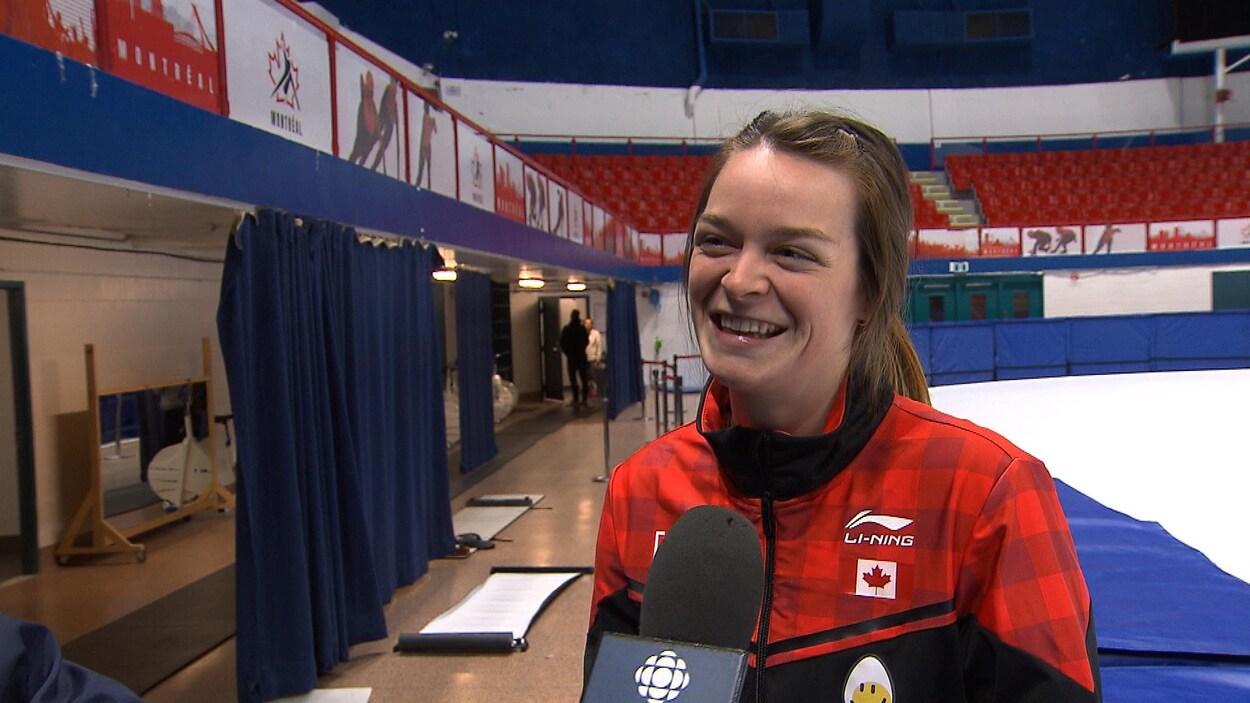 Elle parle au micro de Radio-Canada Sports.