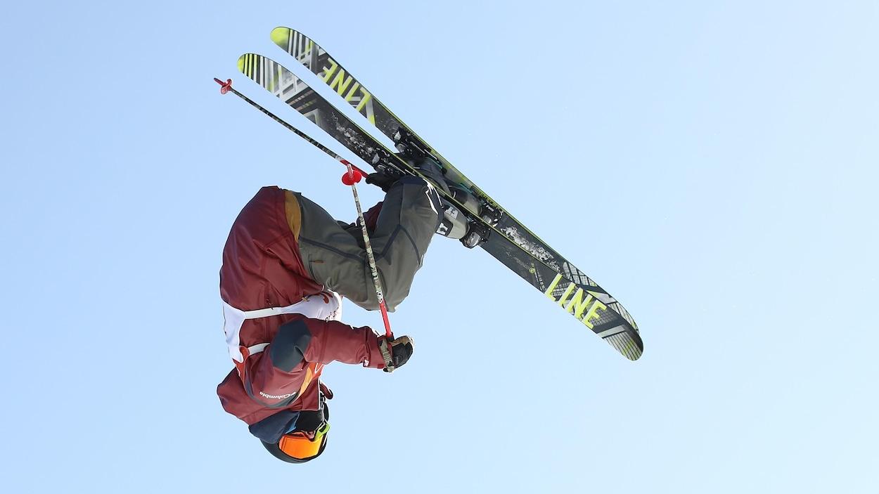 Une skieuse fait une manœuvre acrobatique dans les airs
