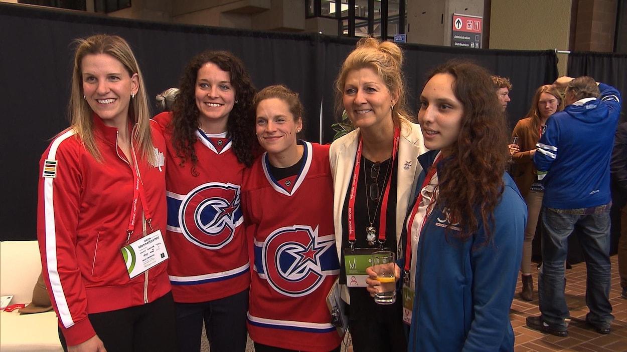 De gauche à droite : Kim St-Pierre, Katia Heydra et Emmanuelle Blais avec deux participantes du sommet