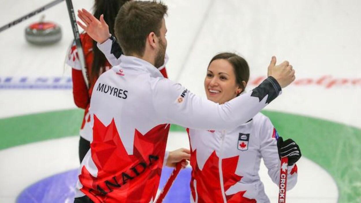 Kirk Muyres (gauche) et Laura Crocker (droite)