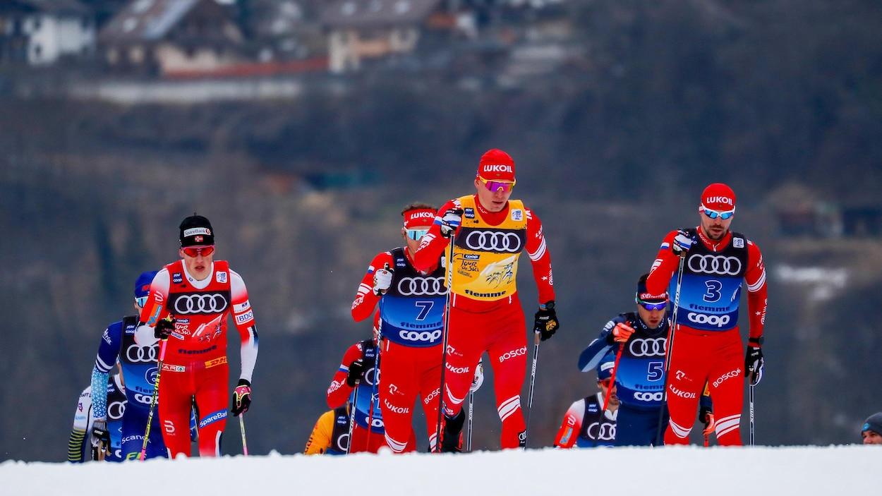 Un peloton de skieurs