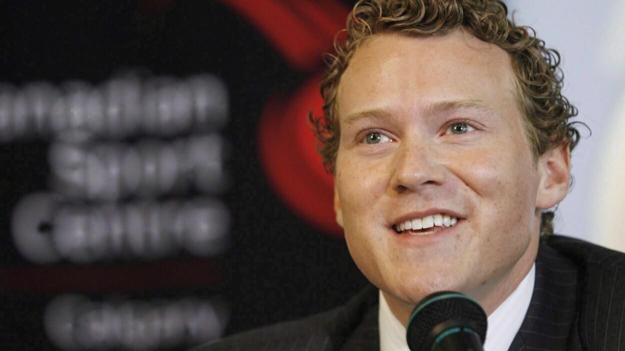 Un gros plan de son visage à l'annonce de sa retraite de la compétition en mai 2009