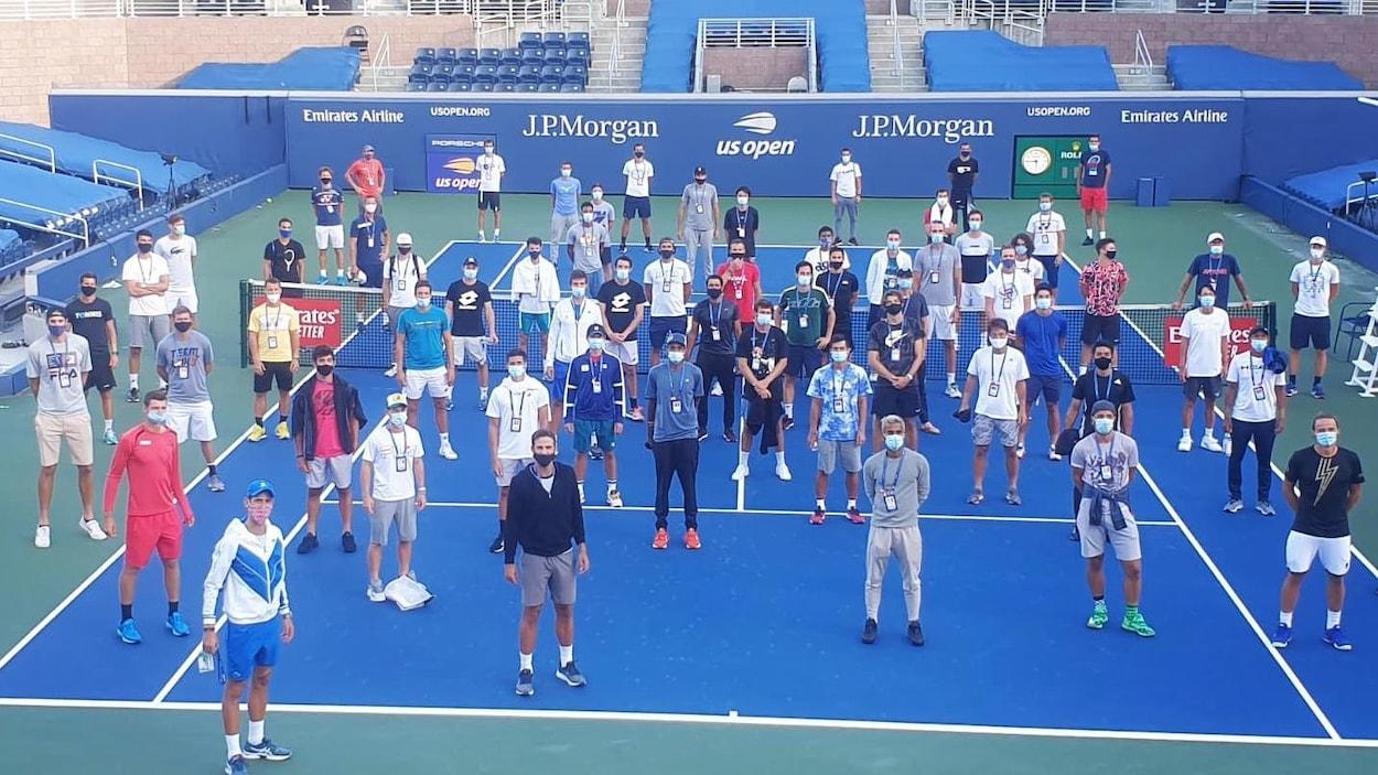 Une quarantaine de joueurs masqués sur un court de tennis