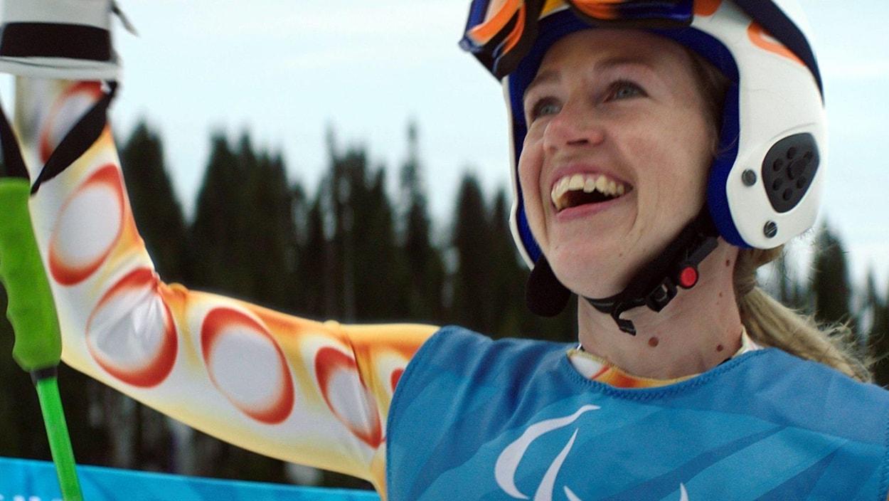 Lauren Woolstencroft sourit à la foule, dans une image tirée de la publicité sur son histoire diffusée pendant le Super Bowl.