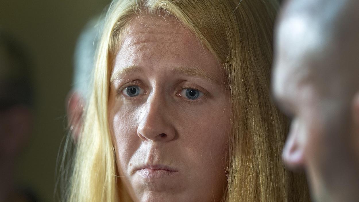 Gros plan du visage d'une femme l'air éprouvé