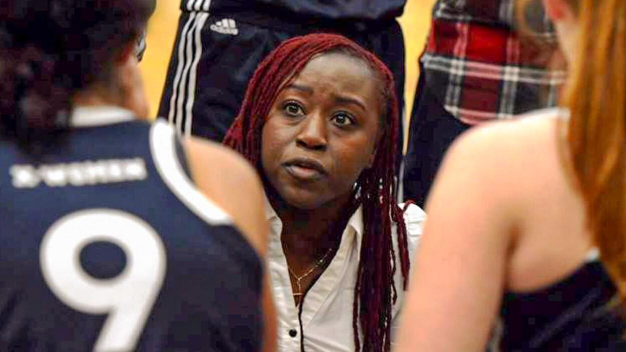 Lee Anna Osei s'adresse à ses joueuses lors d'un temps d'arrêt.