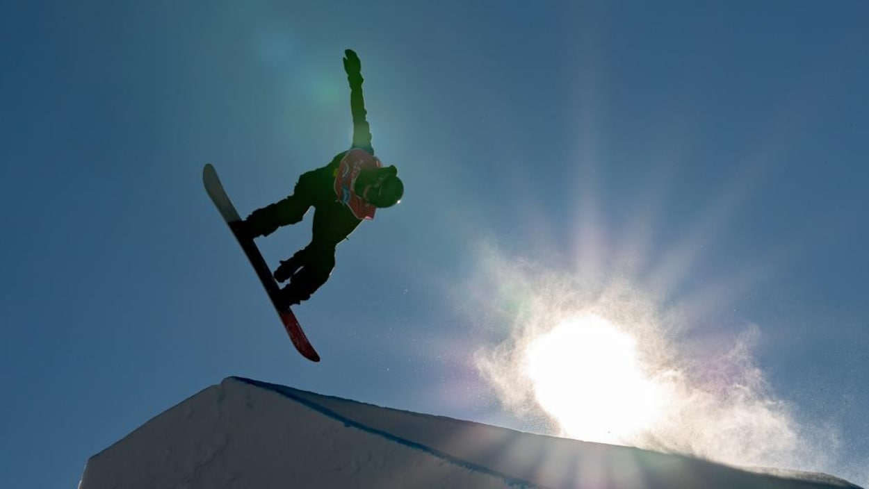 Un saut en planche à neige