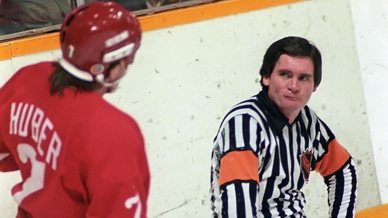 L'arbitre de la LNH Bruce Hood en 1982