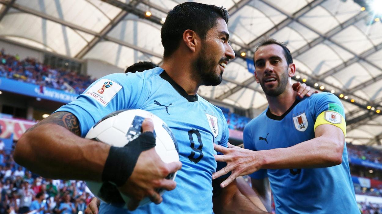 Luis Suarez tient dans sa main le ballon du match après son but contre l'Arabie saoudite.
