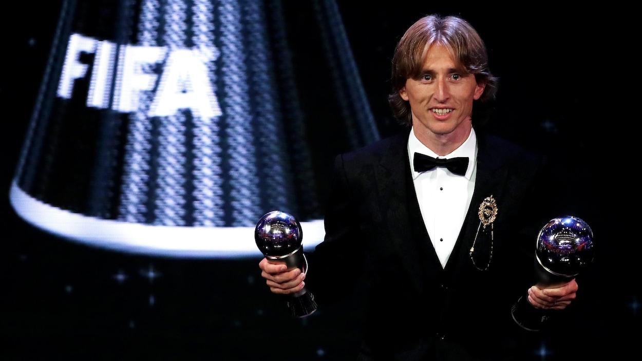Luka Modric sur scène avec ses trophées