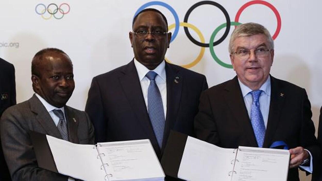 Mamadou Diagna Ndiaye, membre du Comité olympique sénégalais, le président du Sénégal Macky Sali et le président du CIO Thomas Bach.