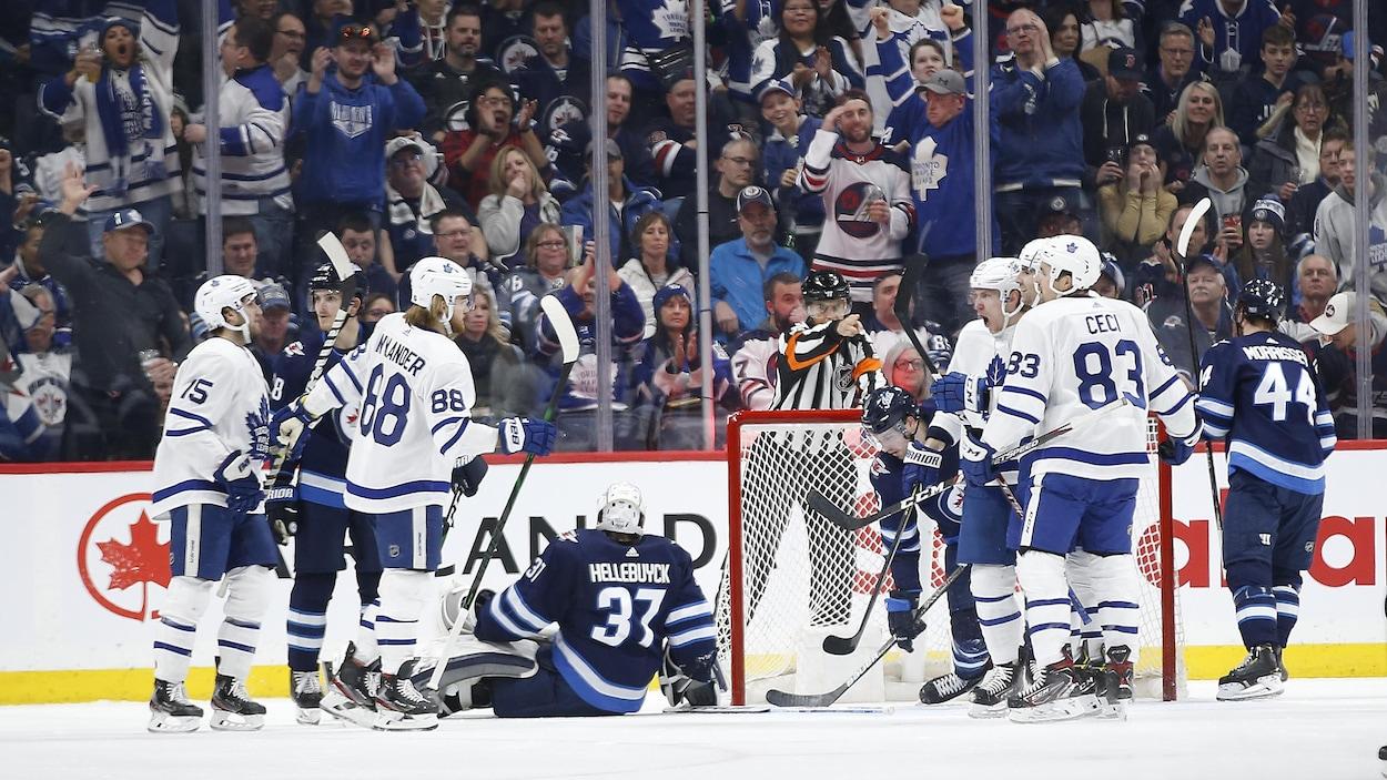Les Maple Leafs célèbrent un but marqué contre les Jets.