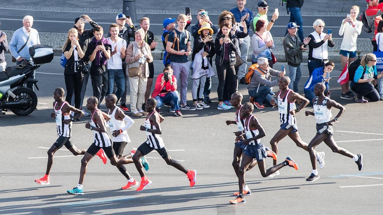 Un groupe de coureurs au marathon de Berlin en 2018