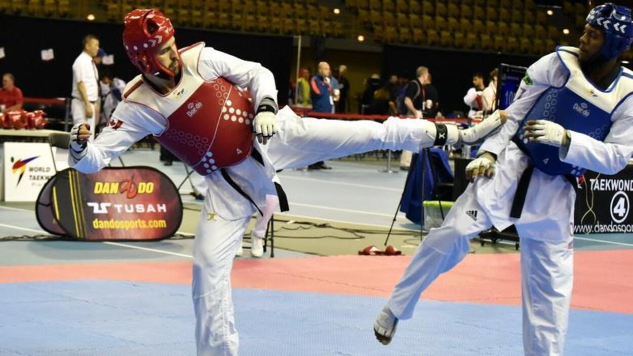 Marc-André Bergeron sert un coup de pied du gauche à son adversaire.