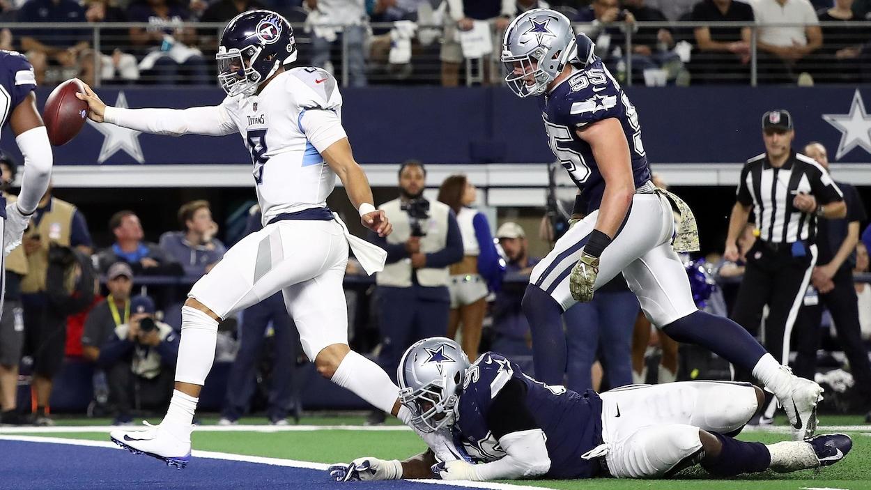 Marcus Mariota des Titans du Tennessee marque un touché contre les Cowboys de Dallas.