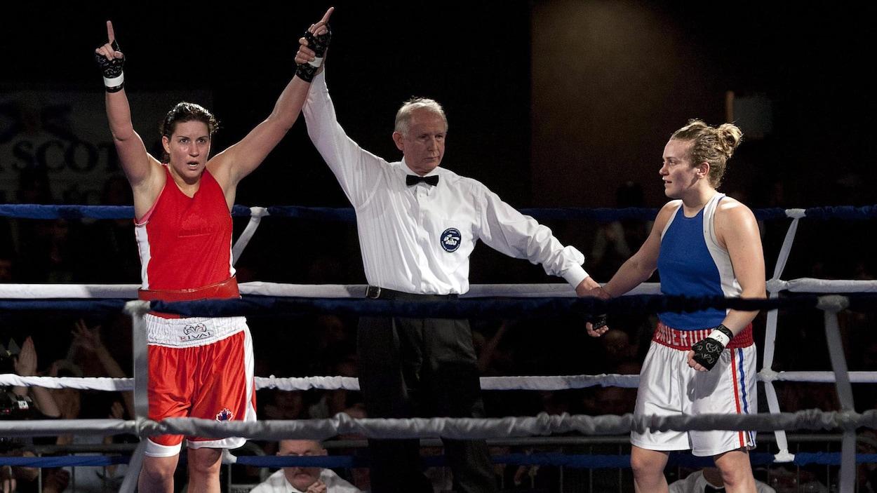 Défaite d'Ariane Fortin (droite) contre sa rivale canadienne Mary Spencer (gauche) en 2012
