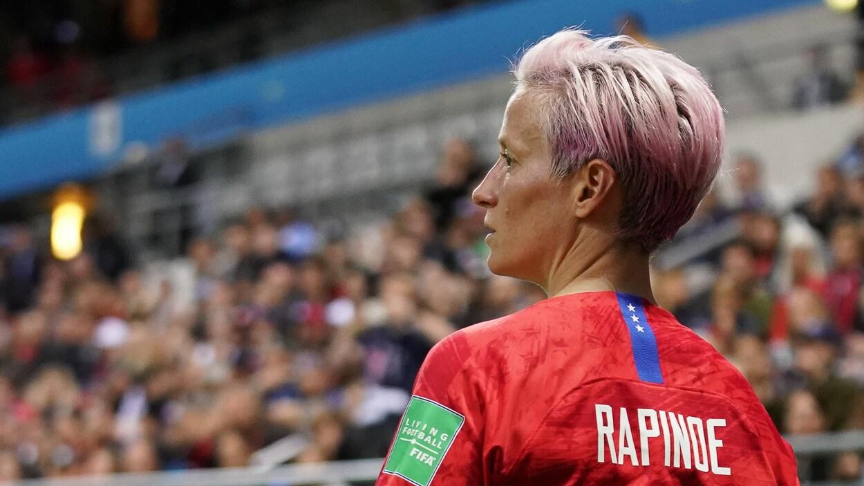 L'attaquante américaine Megan Rapinoe surveille le jeu lors d'un match de groupe entre les États-Unis et la Thaïlande au Mondial féminin 2019.