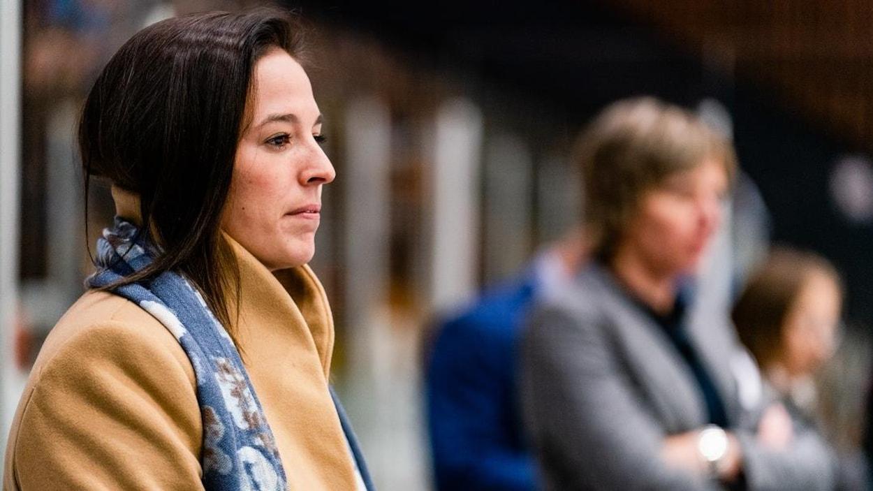 Mélodie Daoust derrière le banc de l'équipe féminine de hockey des Carabins de l'Université de Montréal