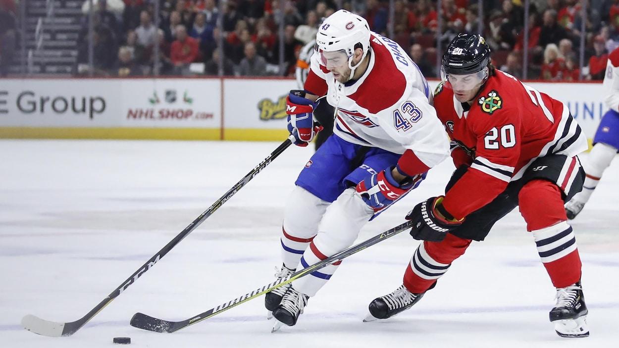 Michael Chaput du Canadien tente de passer Brandon Saad des Blackhawks lors de la victoire de 3-2 du Tricolore.