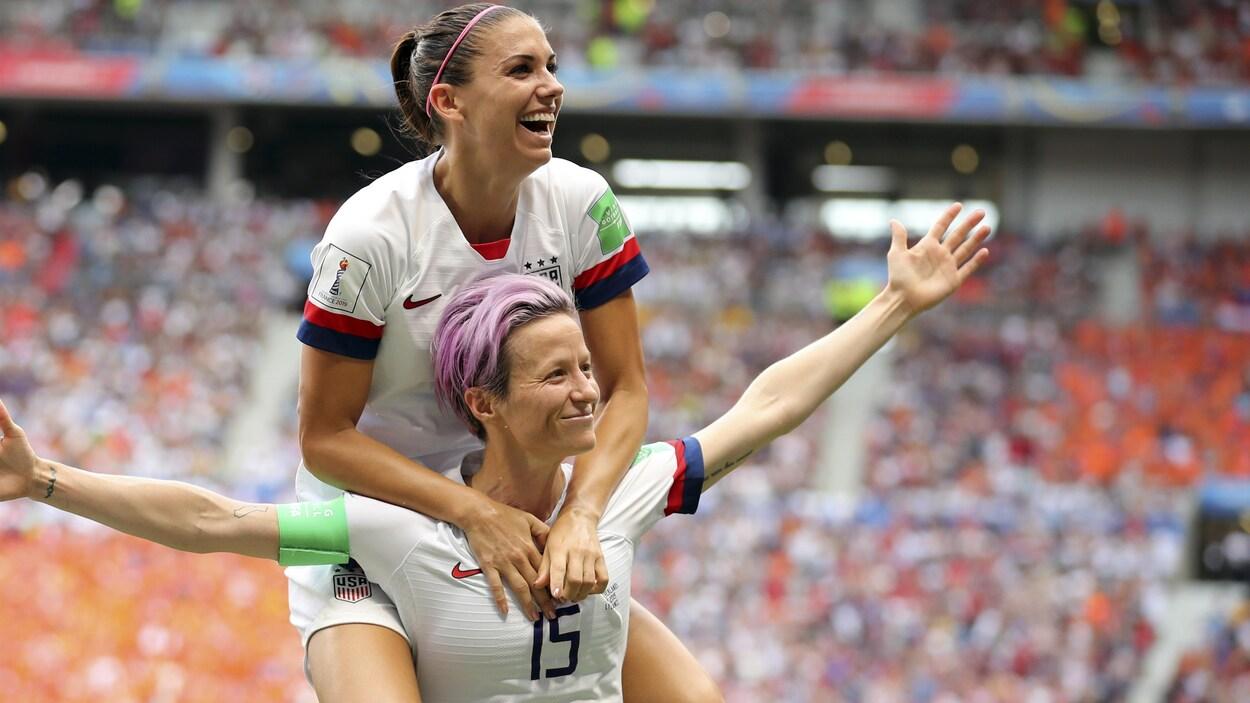 Alex Morgan saute sur les épaules de Megan Rapinoe (à droite) pour célébrer un but en finale de la Coupe du monde de 2019 entre les Américaines et les Néerlandaises.