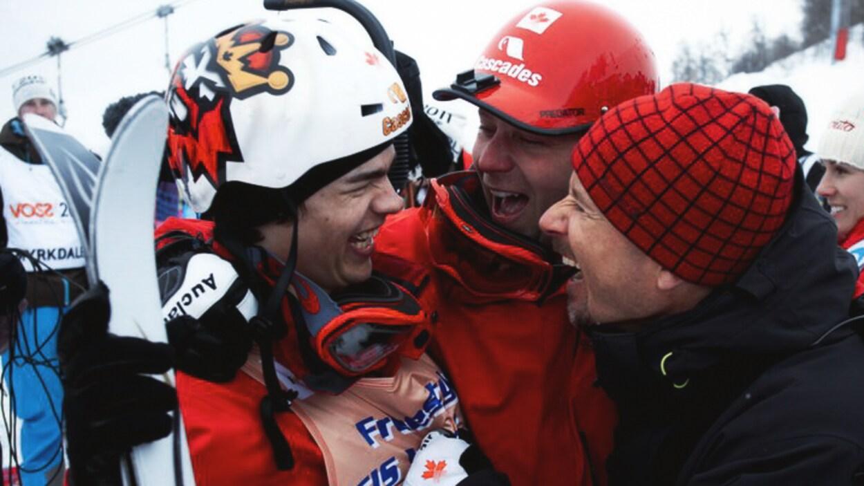 Mikaël Kingsbury (gauche), Rob Kober (droite) et le skieur Pierre-Alexandre Rousseau, en 2011