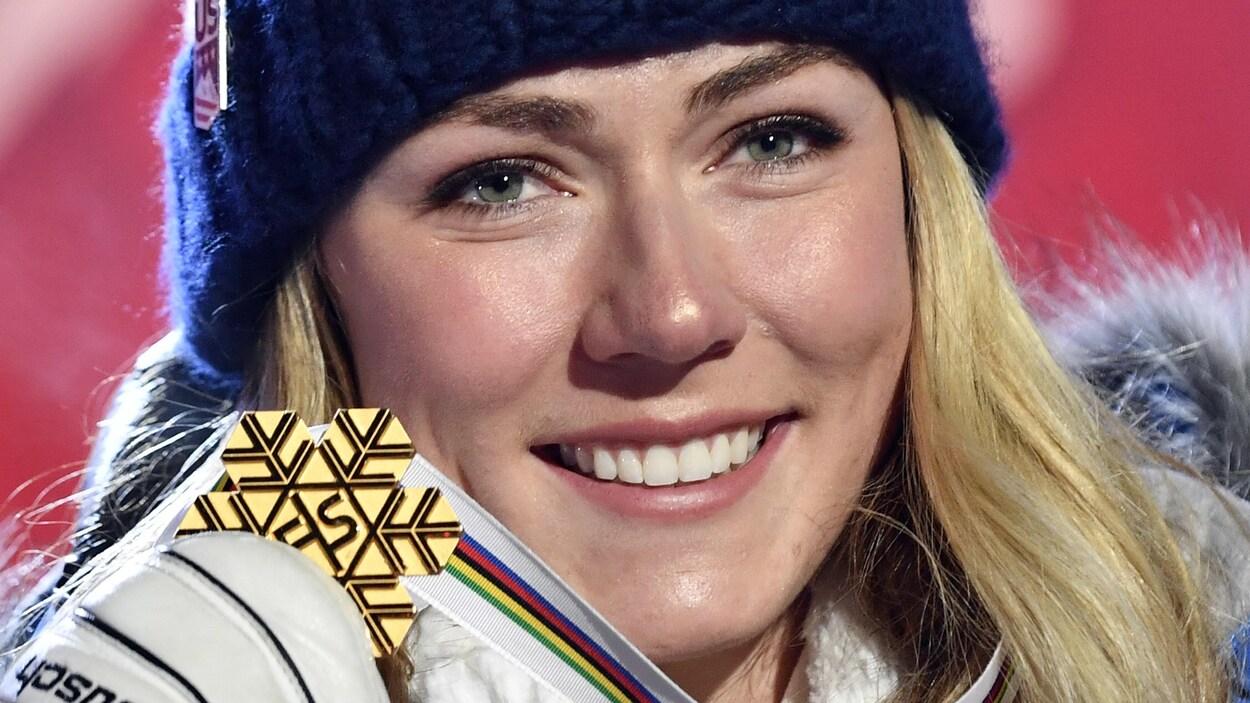 Elle montre sa médaille d'or gagnée au super-G des mondiaux, à Are, en Suède.