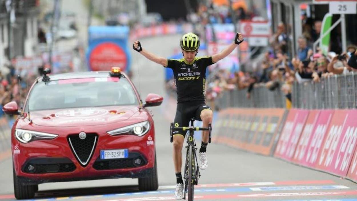 Le cycliste espagnol lève les bras en franchissant le fil d'arrivée.