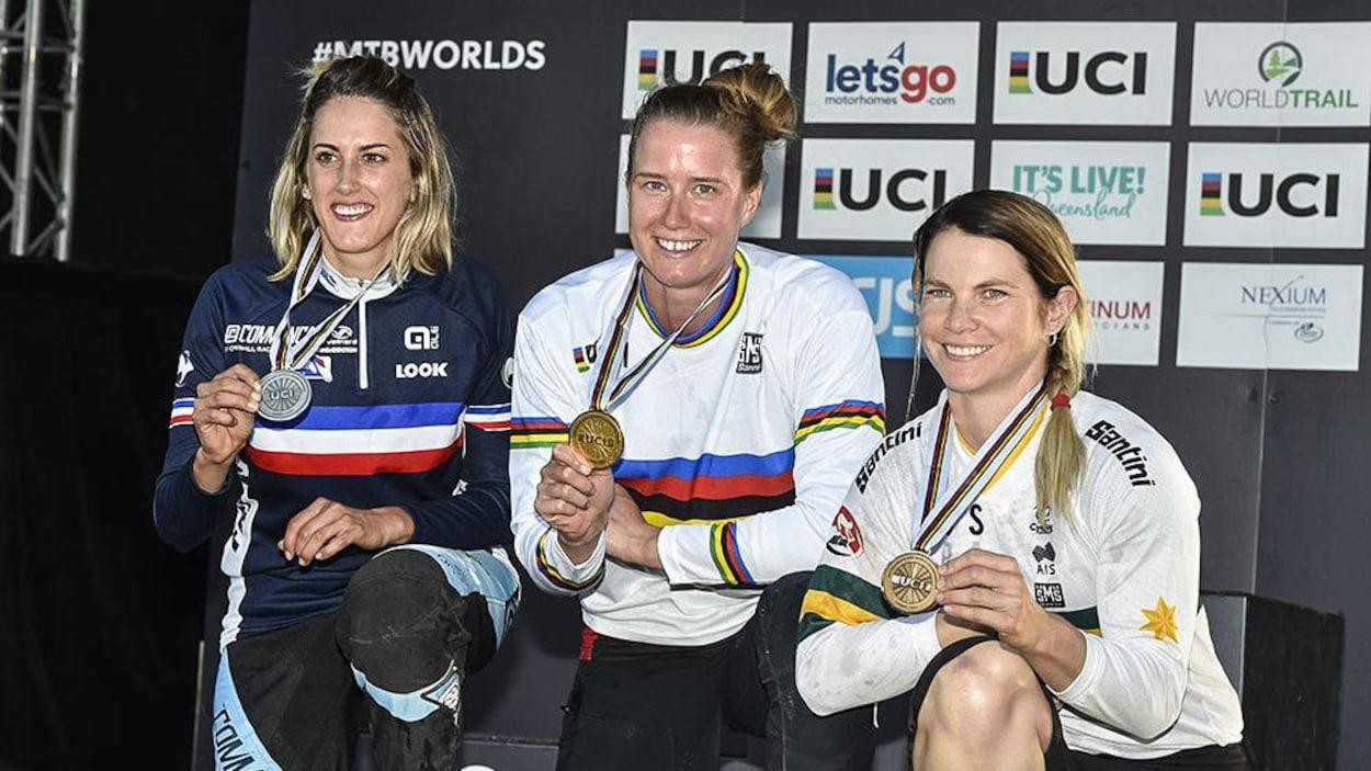 Miranda Miller (au centre) montre sa médaille d'or.