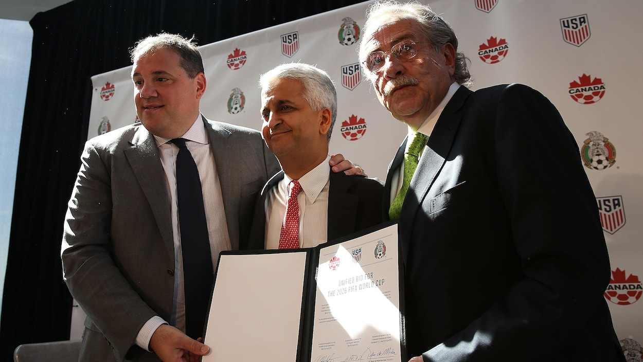 Le président de Soccer Canada Victor Montagliani (à gauche), de US Soccer Sunil Gulati (au centre) et de la Fédération mexicaine de soccer Decio De Maria (à droite)
