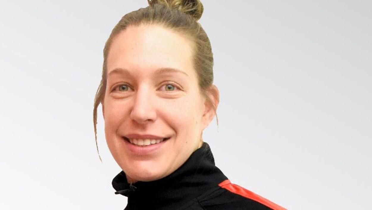 Myriam Karine Da Silva Rondeau sourit de près à la caméra