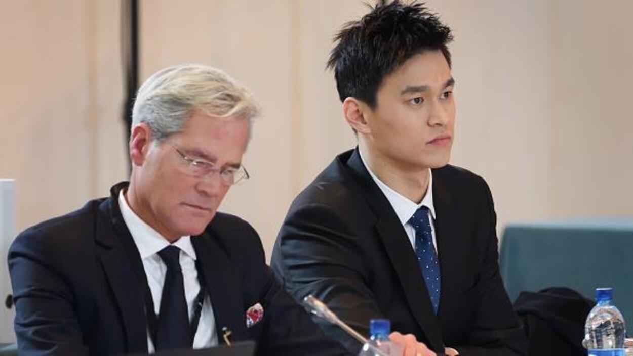 Sun Yang (à droite) et son avocat Ian Meaking devant le TAS
