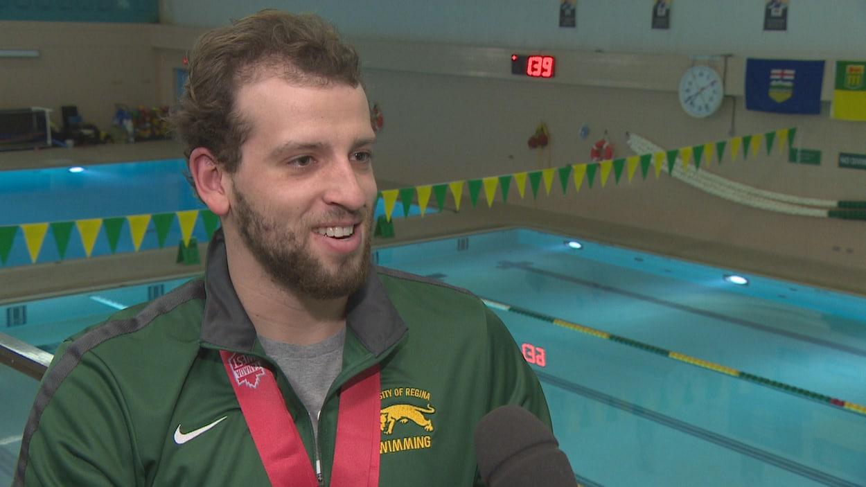 Étienne Paquin-Foisy en entrevue dans les gradins à la piscine de l'Université de Regina.
