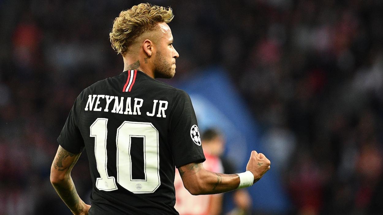 Neymar célèbre son but.