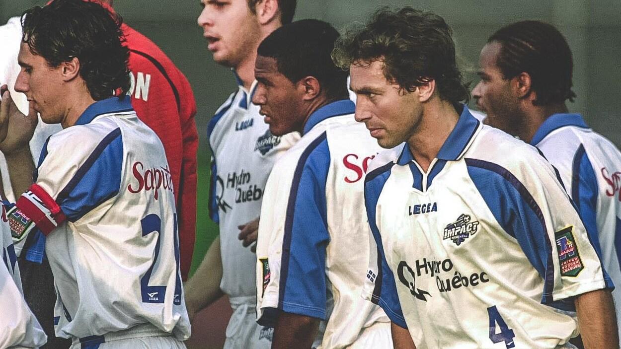 Nick De Santis (no 4) avec quelques coéquipiers, dont Mauro Biello (gauche) et Patrice Bernier (centre), en 2002