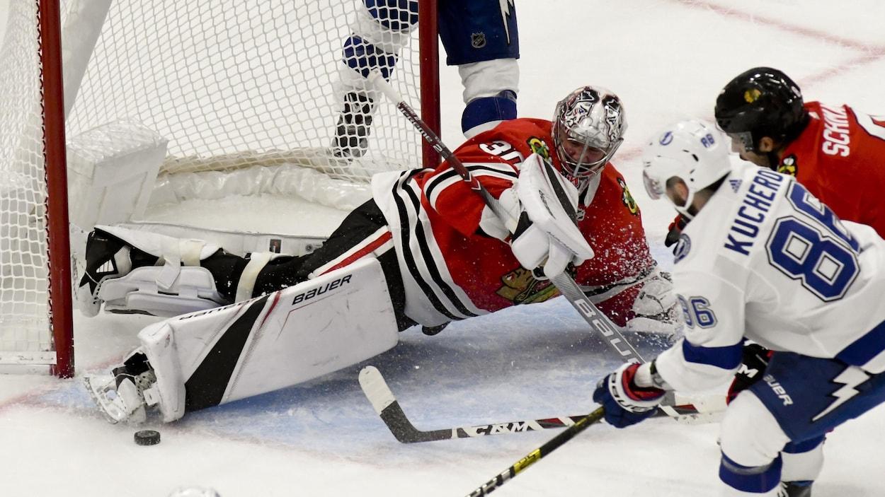 Nikita Kucherov tente de marquer contre les Blackhawks.