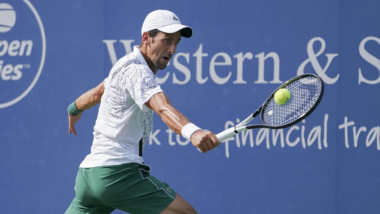 Novak Djokovic renvoie la balle à Roger Federer en finale du Masters de Cincinnati.