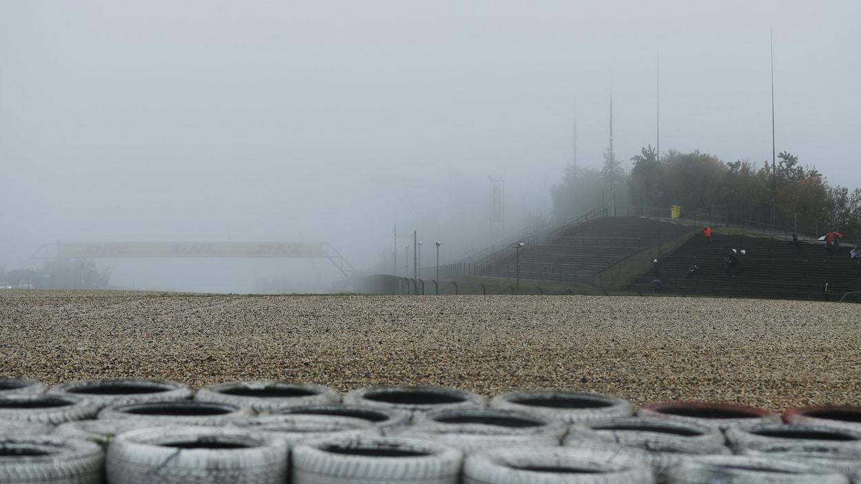 La pluie tombe et la brume enveloppe le circuit.