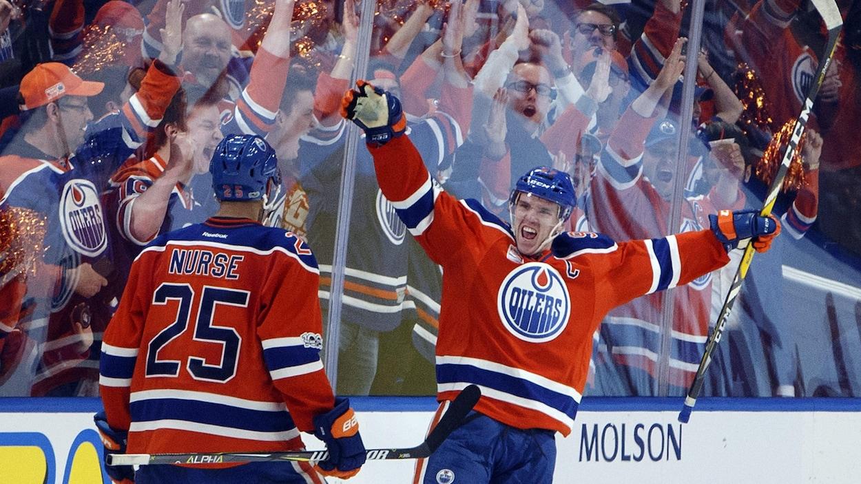 Darnell Nurse et Connor McDavid célèbrent un but des Oilers durant les séries éliminatoires de 2017.