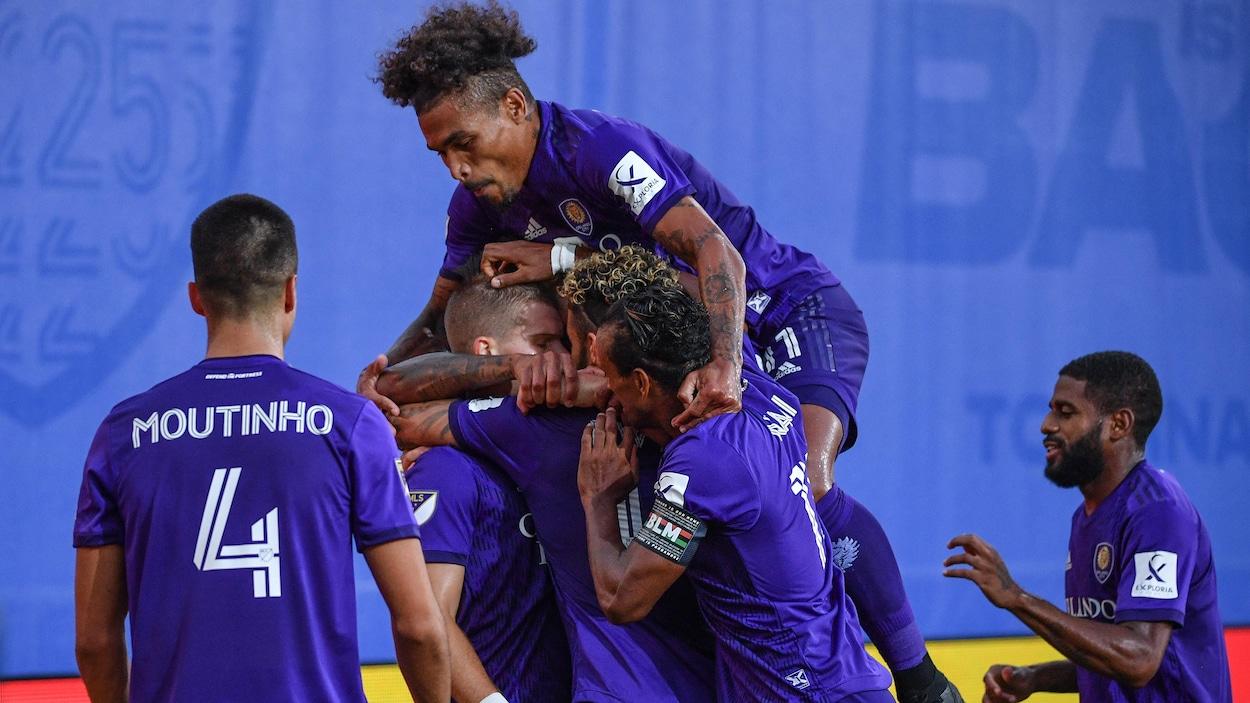 Les joueurs sont regroupés et célèbrent un but.