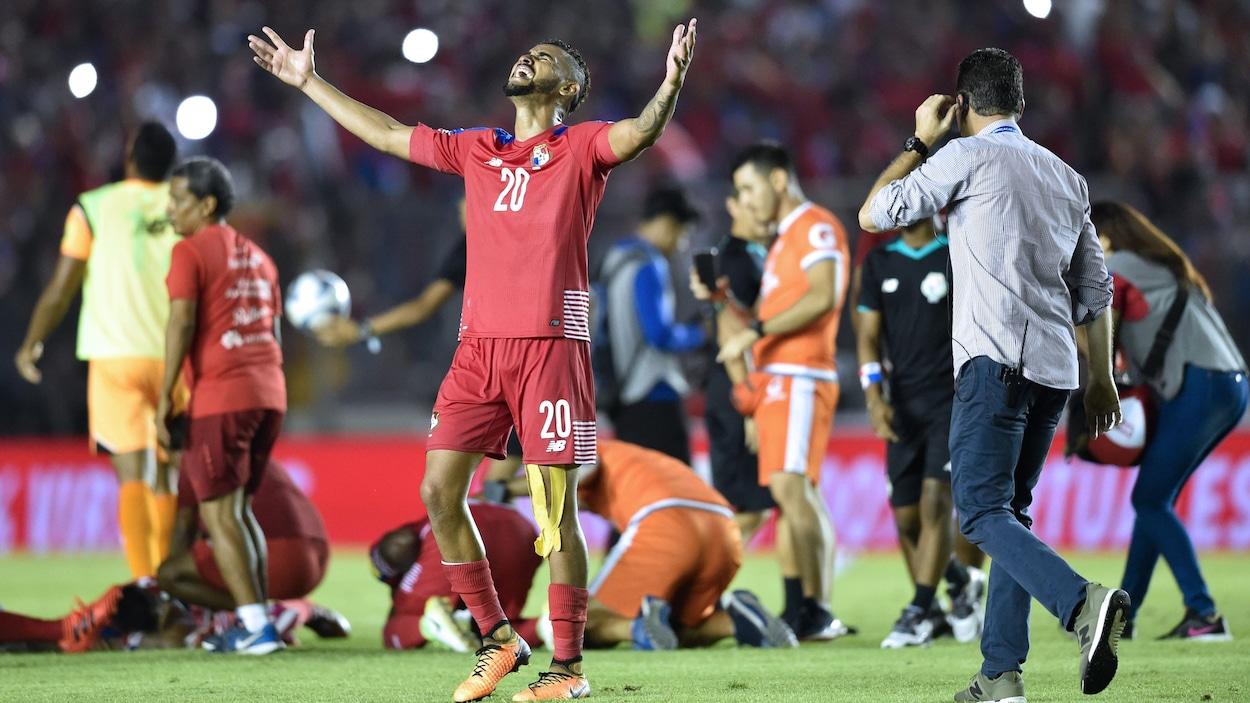 L'attaquant panaméen Anibal Godoy lève les bras dans les airs après le match contre le Costa Rica mardi.