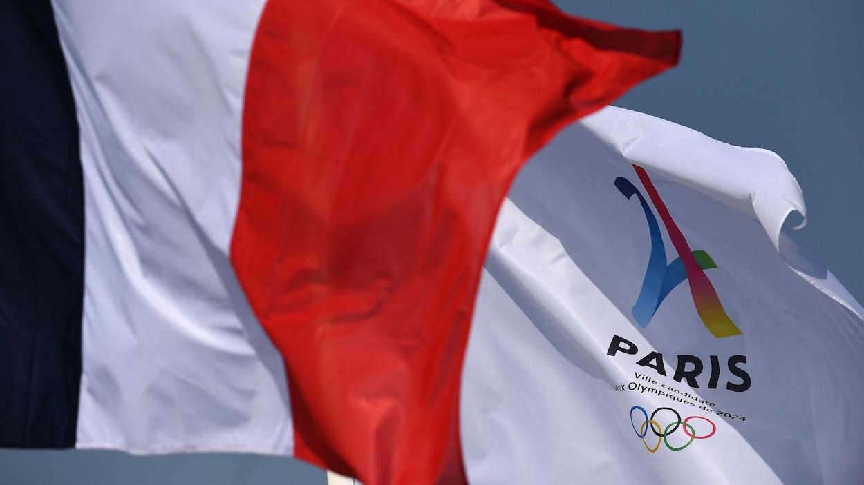 Le drapeau de la candidature olympique de Paris pour 2024