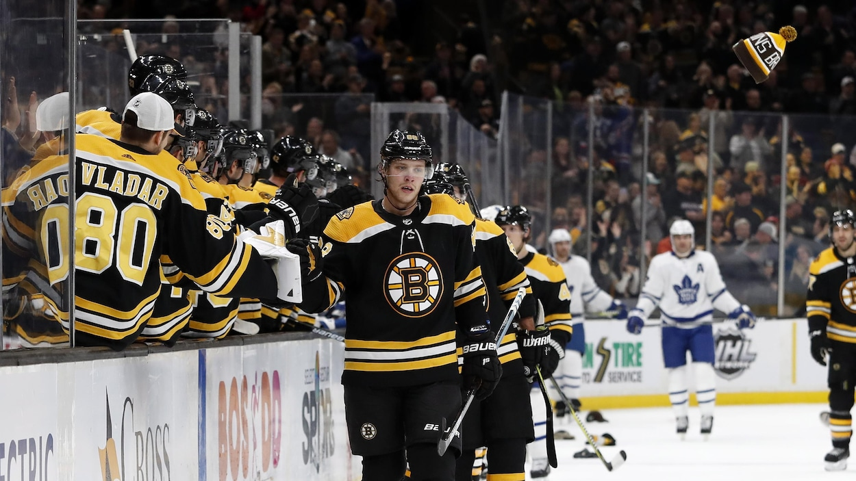 David Pastrnak est félicité par ses coéquipiers des Bruins après avoir marqué son troisième but du match contre les Maple Leafs.
