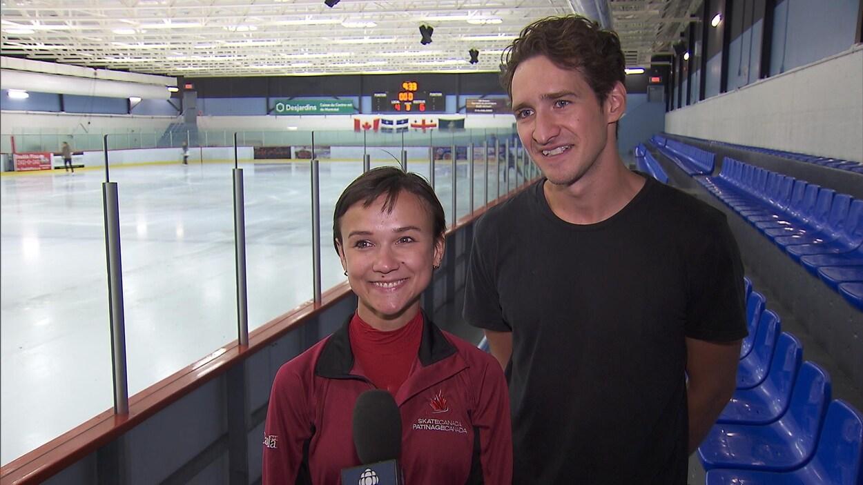 Lubov Ilyushechkina et Charlie Bilodeau aux abords de la patinoire à l'Aréna Roberto Luongo de Saint-Léonard