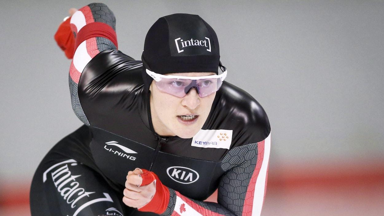 Elle patine devant les siens à Calgary.
