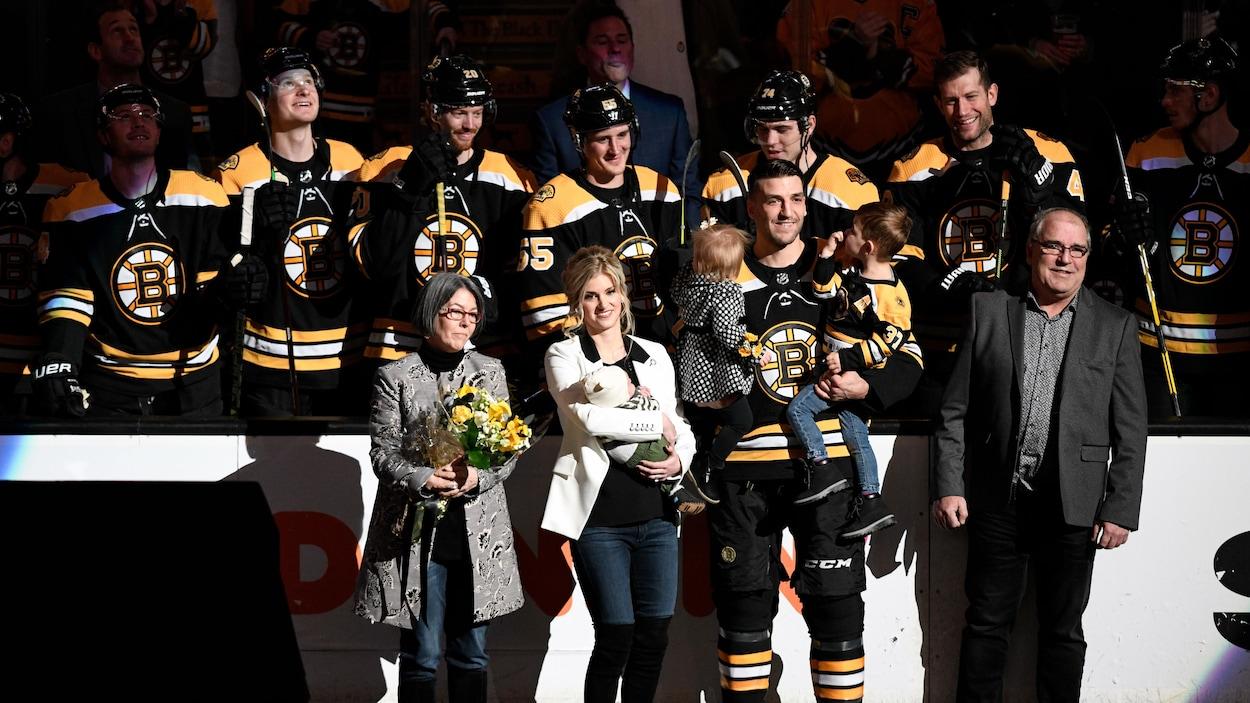 Accompagné de sa famille, Patrice Bergeron est honoré par les Bruins de Boston juste avant le 1000e match de sa carrière.