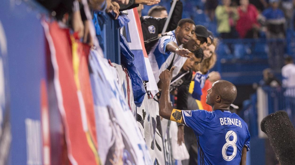 Patrice Bernier  salue la foule montréalaise.
