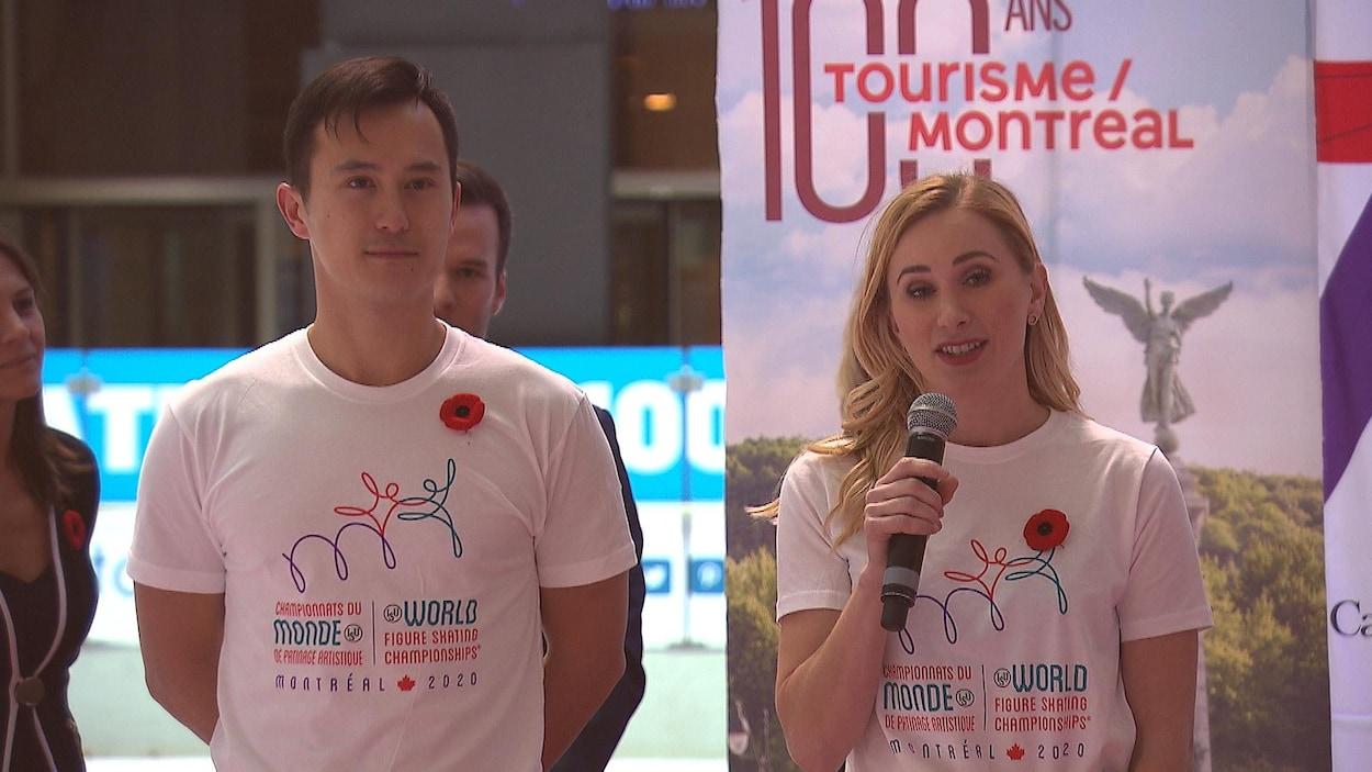 Vêtus d'un t-shirt aux couleurs de l'événement, ils parlent devant le public.