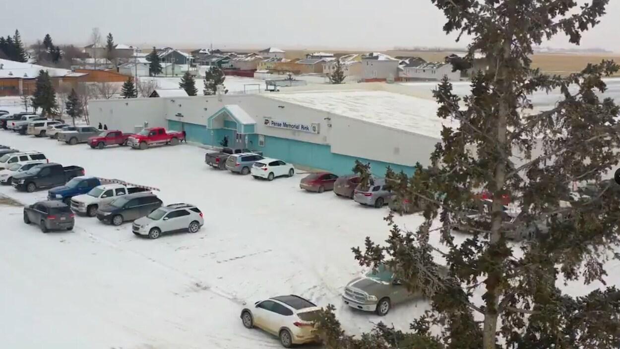 Plan aérien du Pense Memorial Rink, avec plusieurs voitures dans le stationnement.